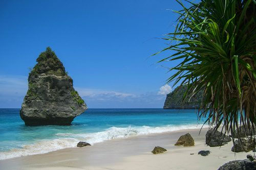 NUSA PENIDA - Suwehan Beach (Look at the tides before going to that beach - the waves are massive and the beach is located at the bottom of a steep cliff. At high tide, the beach isn't easily accessible.)